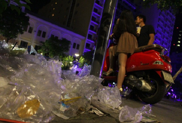 Nhiều người vô ý thức không dọn dẹp rác thải sau khi ăn uống vui chơi mà xả thành từng đống trên phố đi bộ.