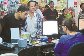 Hành khách mua vé tàu Tết tại ga Sài Gòn.