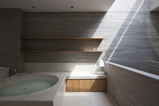Ánh sáng tự nhiên luôn chan hòa ngay cả trong nhà tắm, kín đáo nhưng vẫn thoáng đãng.Dường như bài toán nhà ống cao tầng tại đô thị Việt Nam đã được giải quyết triệt để tại ngôi nhà này.