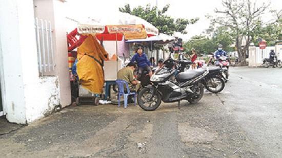 """""""Cò"""" vé tàu hoạt động trên đường Nguyễn Thông."""