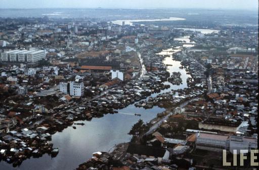 Chiến tránh xảy ra tại vùng nông thôn khiến dân số Sài Gòn tăng đột biến. Nhà ổ chuột ven kênh là kết quả của quá trình này khi lượng dân nhập cư từ nông thôn quá lớn.