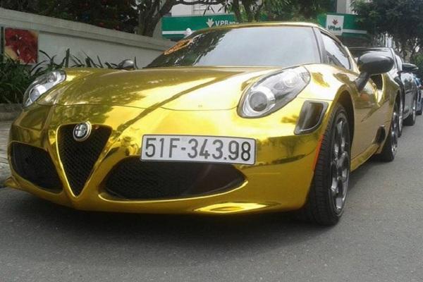 Ngoài siêu xe Ferrari 458 Italia sở hữu dàn áo bọc đề can màu vàng bắt mắt thì chiếc Alfa Romeo 4C phiên bản Launch Edition lại mang trên mình tấm áo mạ crôm sang trọng và hiện đại.