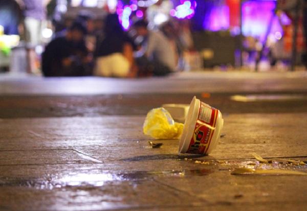 Một tô mì ăn dở được người dân vô tư vứt giữa phố đi bộ, mặc kệ nước đổ lênh láng, bẩn thỉu.