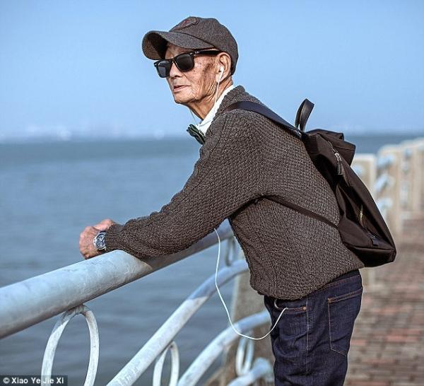 Không chỉ những bộ vest, Ding Guoliang còn lựa chọn cho ông một phong cách trẻ trung không thua kém bất kì anh chàng nào với áo lên mix sơ mi và quần jean. Mũ lưỡi trai, mắt kính và balo thật sự khó để nhận ra ông cụ năm nay đã 85 tuổi
