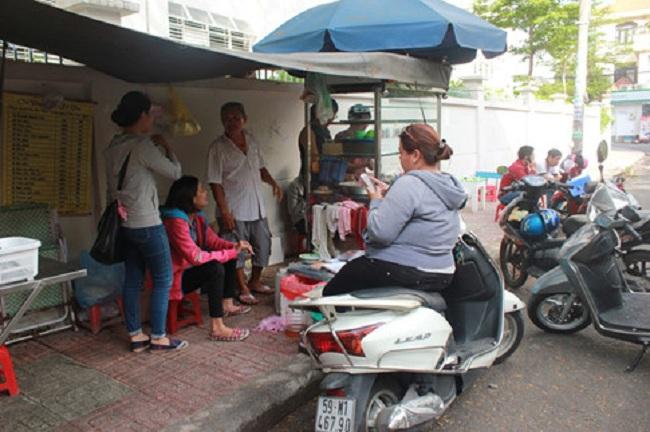 Vợ chồng ông Út đang tất bật. Dưới đường, ba người đi xe gắn máy đứng chờ. Nét mặt họ bình thản không có vẻ gì nôn nòng. Dường như ai nấy cũng đã quen với cảnh tương này.
