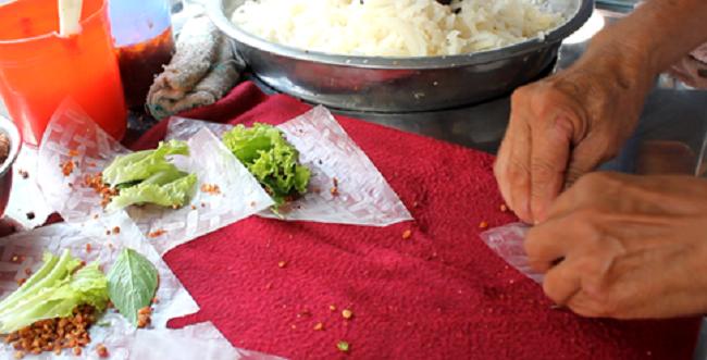 Nguyên liệu bình dân, cùng cách nấu nướng và cuốn bò bía bằng tay…cho thực khách cảm giác thân thuộc, gần gũi như ông bà, cha mẹ mình ngày xưa.