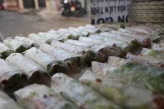 Mỗi ngày bán trung bình được 2.000 cuốn bò bía, thu nhập của cả gia đình lên đến chục triệu đồng/tháng.