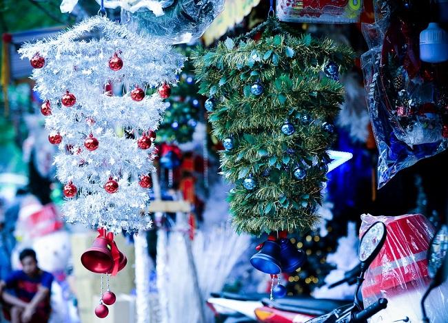 Ngoài cây thông truyền thống có giá không biến động nhiều so với năm ngoái, cây thông treo ngược là mặt hàng mới xuất hiện trong năm nay nên rất hút hàng. Giá thấp nhất là 400.000đ/ cây