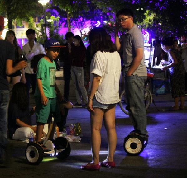 Mặc dù xe điện cân bằng đã bị cấm tại phố đi bộ, nhưng theo quan sát của phóng viên, cả trăm người vẫn thuê loại phương tiện này, nghênh ngang chạy loạn xạ.