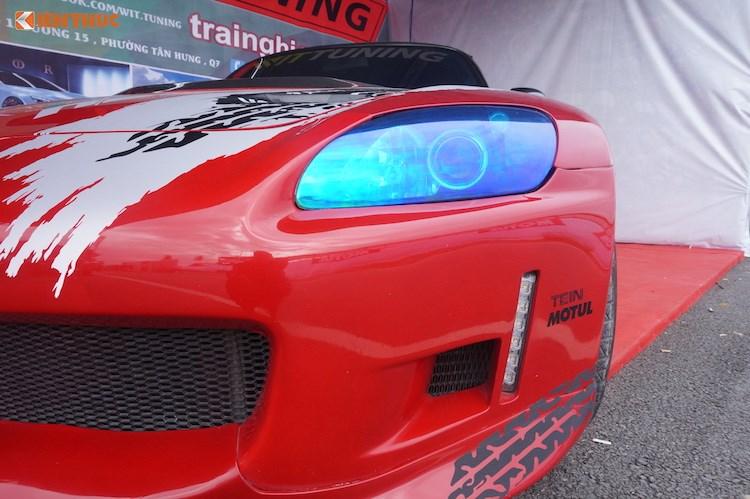 """Thuộc phiên bản S2000 đầu tiên với tên mã AP1 sản xuất từ năm 1999-2003, """"dàn ngoài"""" của chiếc xe đã được độ khá """"nhẹ nhàng/ Trong đó, cản trước nguyên bản của xe đã được chỉnh sửa lại bằng cách lắp tấm ốp khí động học bên dưới. Bên cạnh đó, nằm ở hai bên hốc hút gió nguyên bản của xe, Wit Tuning cũng đã khéo léo độ thêm hai hàng đèn LED cho S2000."""