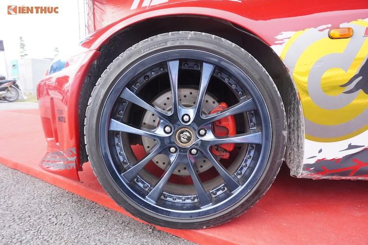 Tuy nhiên điểm nhấn nổi bật nhất ở hai bên thân xe đó là bộ mâm 5 cánh kép Weds Kranze LXZ với đường kính 19 inch đã thay cho mâm nguyên bản 17 inch, khiến cho dáng xe trở nên thể thao hơn.