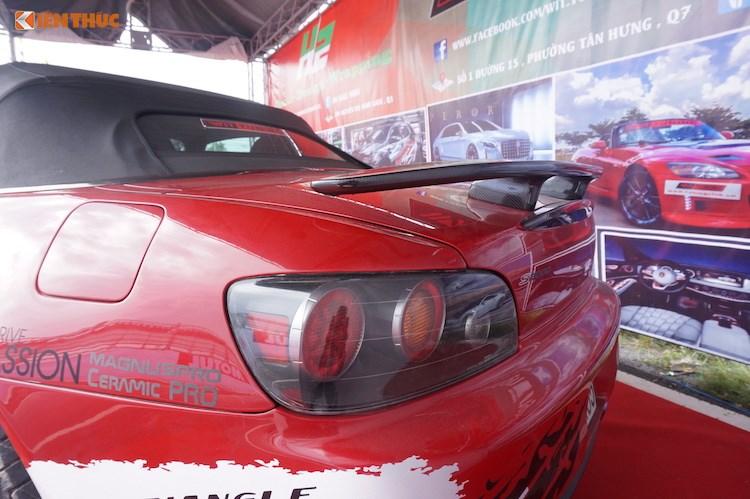 Ở phía sau đuôi xe, chiếc S2000 đã có thêm một cánh đuôi bằng sợi carbon gắn trên nắp khoang hành lý, giúp giảm hệ số cản khí động học thân xe. Nằm bên dưới cản sau là hệ thống xả độ với 2 ống pô, không chỉ khiến S2000 trông thể thao hơn khi nhìn từ phía sau mà còn tăng hiệu năng của chiếc xe.