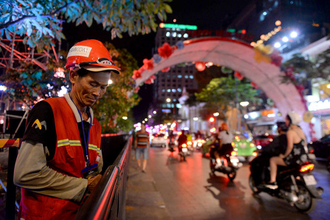 Công nhân hoàn tất hệ thống đèn khu vực phố đi bộ để người dân đón năm mới - Ảnh: HỮU KHOA