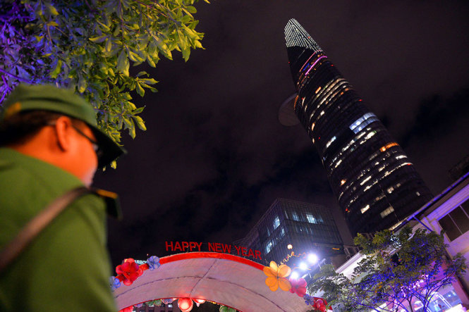 Lực lượng thanh niên xung phong khu vực phố đi bộ Nguyễn Huệ sẵn sàng giữ an ninh cho người dân vui chơi đón năm mới - Ảnh: HỮU KHOA
