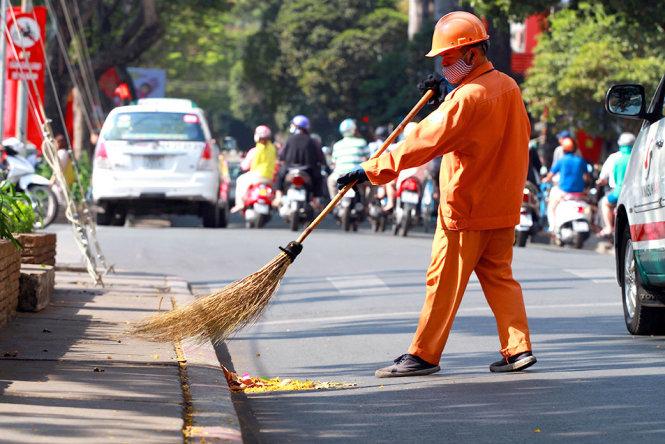 Công nhân quét dọn vệ sinh thường xuyên trên đường để chào đón năm mới - Ảnh: HỮU KHOA