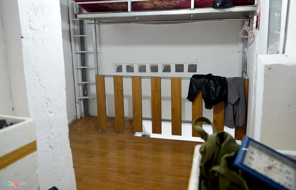 Gác trên cũng được mở rộng. Đây sẽ là không gian để nam diễn viên tiếp đón bạn bè, đồng nghiệp, học trò đến chơi. Mặt sàn gác được lắp gỗ chất lượng cao do anh Linh mang từ nhà tới. Bức tường trước đây có nguy cơ sập nay đã được sửa chữa chắc chắn.