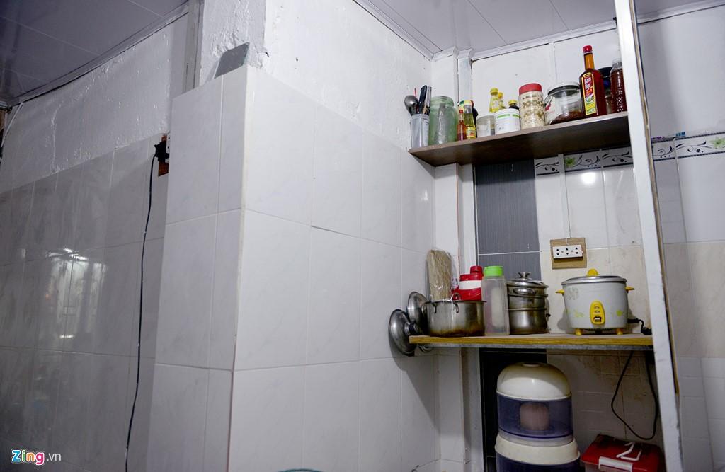 Những ngăn tủ để đồ đơn giản đến cửa sổ cũng được mạnh thường quân này trực tiếp làm. Ngoài ra, khi biết thông tin hoàn cảnh của ông, một nữ doanh nghiệp ở Bình Dương cũng đã hỗ trợ một số tiền để ốp bờ tường xung quanh tầng trệt.