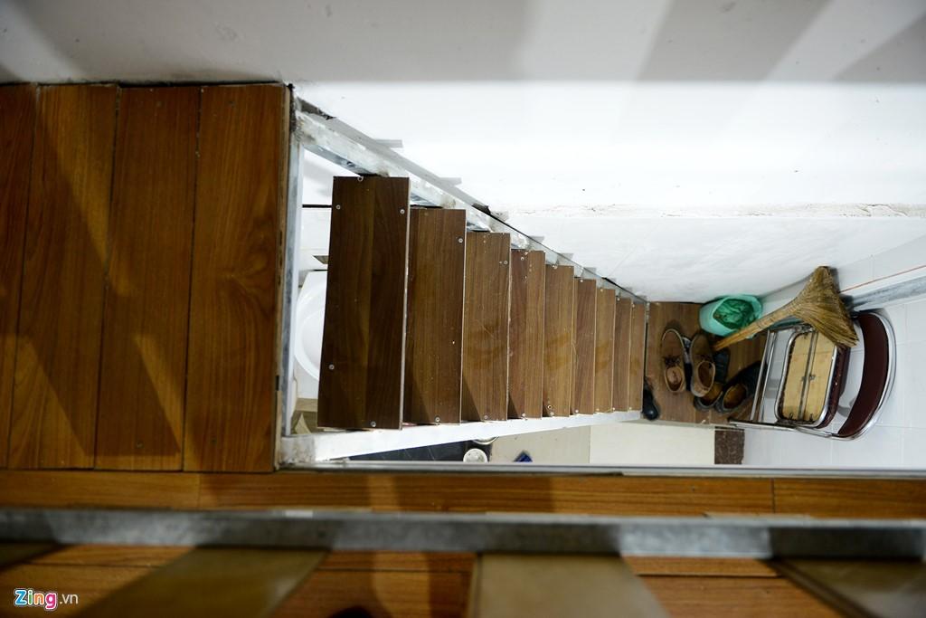 Ở căn nhà cũ ông phải chui vào chui ra rất khó khăn mỗi khi lên gác. Nhưng sau khi cải tạo, căn nhà đã có thiết kế thang rộng và có bậc cấp khá thoải mái.