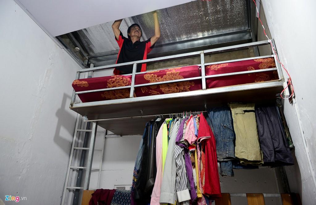 Chỗ ngủ thường xuyên là một gác nhỏ phía trên, nơi có gió từ cửa sổ vào. Phần sát mái anh Linh cũng thiết kế một khoang để đồ.