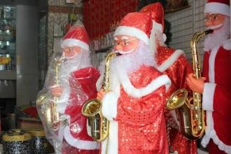 Ông già Noel giả biết nhún nhảy theo tiếng nhạc được nhiều cửa hiệu thuê về đặt ở cửa trong dịp Giáng sinh. Ảnh: Zen Nguyễn