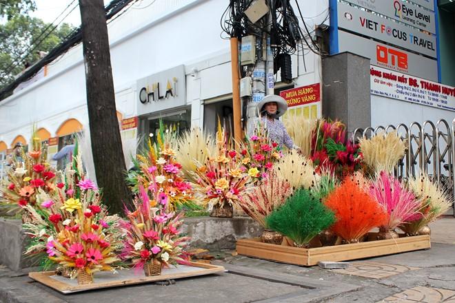 Trên đường Điện Biên Phủ, hoa cỏ mây đủ loại màu sắc bắt đầu được bày bán rực rỡ.