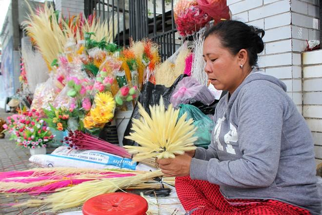 Chị Hựu, một người bán ở đây cho biết, những ngày này, mỗi ngày chị bán được từ 20 - 30 chậu hoa tự kết tại chỗ, với giá 150.000 đến hơn 300.000 đồng/chậu.
