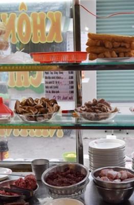 Quán cháo xuất phát từ một gánh hàng ở đường Nguyễn Thiện Thuật, do người Triều Châu nấu bán từ năm 1942. Chủ quán hiện nay kế nghiệp cha và ông ngoại, duy trì món cháo Tiều lâu đời nhất ở Sài Gòn.