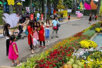 Tối 22/1, Hội hoa xuân Đinh Dậu 2017 tại Công viên Tao Đàn, quận 1, TP HCM, với chủ đề Thành phố mang tên Bác - Khát vọng ngời sáng đã khai mạc. Tuy nhiên, từ buổi sáng đã có nhiều người dân tới tham quan.