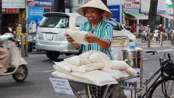 Người lao động nghèo vui mừng với túi gạo miễn phí ẢNH: VŨ PHƯỢNG