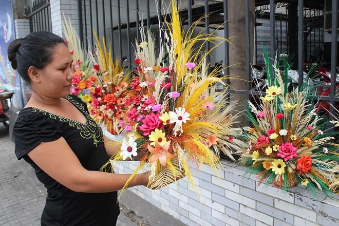 Một bình hoa cỏ mây kết hợp hoa giấy có giá 350.000 đồng.