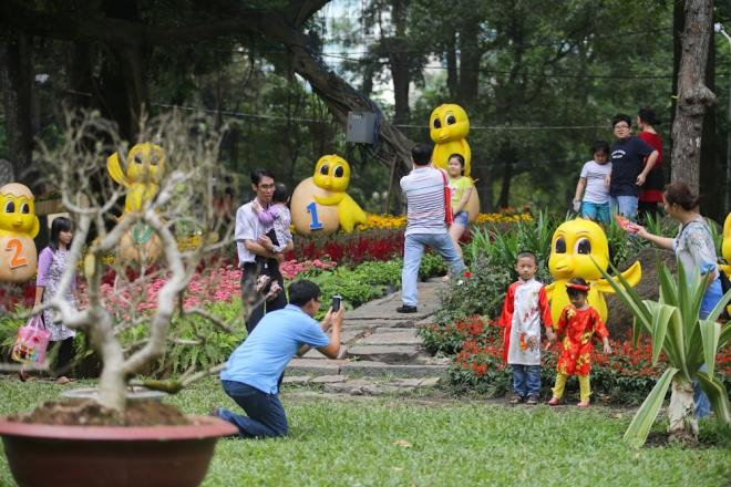 Hội hoa xuân thu hút nhiều gia đình đưa trẻ nhỏ tới vui chơi chụp hình. Hoạt động này diễn ra trong 12 ngày. Giá vé vào cổng là 30.000 đồng, riêng trẻ em dưới 12 tuổi được miễn phí.
