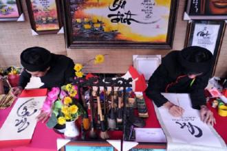 Còn đúng 10 ngày nữa sẽ đến Tết cổ truyền, phố ông đồ ở Sài Gòn cũng nhộn nhịp người đến xin và cho chữ