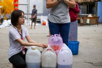 """Chiều 19/1, nhiều người dân Sài Gòn bắt đầu đi thả cá chép trước ngày tiễn Táo quân chầu trời. Tại bờ sông ở chùa Diệu Pháp (quận Bình Thạnh), chị Nhẫn cho biết: """"Mình thả sớm vậy như cách gửi cá ở trước để mai các Táo chỉ việc 'cưỡi', hơn nữa còn để tránh cá bị vớt lại""""."""