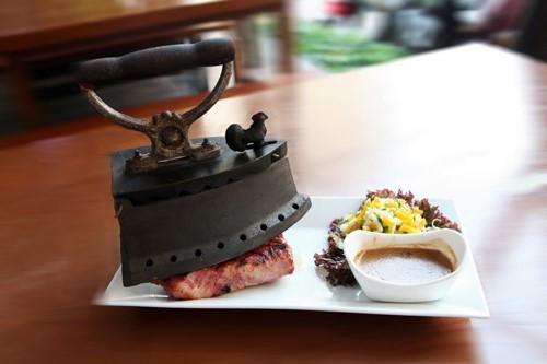 Guru Sports Bar (Kỳ Đồng, quận 3 và Lê Lai, quận 1) hút những thực khách hiếu kỳ với món thịt bò nướng bằng bàn ủi. Ảnh: Facebook của quán.