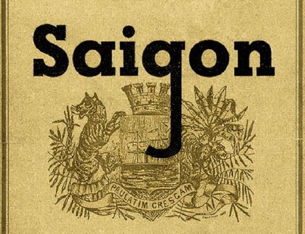 """Logo Sài Gòn năm 1870. Khi chiếm Sài Gòn, người Pháp đã sáng tác ra logo này. Hình ảnh hai con cọp trong logo thể hiện đây là vùng đất hoang sơ. Nhưng dòng chữ Latinh Paulatim Crescam có nghĩa là : """"Cứ từ từ, tôi sẽ phát triển"""". Hình ảnh con tàu hơi nước ở giữa logo cho biết đây là vùng đất nhiều kênh rạch. Phía trên có vương miện 5 cánh như thông báo Sài Gòn sẽ giao thương với năm châu bốn biển. Logo Sài Gòn 1870 thể hiện cách nhìn hoang sơ và triển vọng Sài Gòn của người Pháp. Hiện nay, TP.HCM dù đã tổ chức các cuộc thi những vẫn chưa tìm được một logo chính thức cho thành phố hôm nay."""