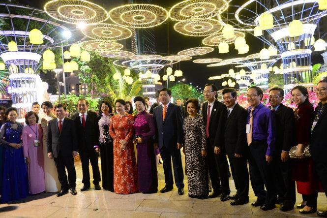 Lãnh đạo TW, TP.HCM tham quan đường hoa Nguyễn Huệ, Q.1, TP.HCM tối 25-1 - Ảnh: QUANG ĐỊNH