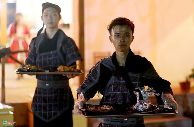 Các món ăn cũng được đặt tên như thời Ngụy - Thục - Ngô tranh hùng là Giương đông kích tây, Tào Tháo, Hạ Hầu Đôn, Xích thố...  Ảnh: Lê Quân.
