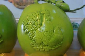 Dừa in hình gà có giá gần 1 triệu đồng/trái