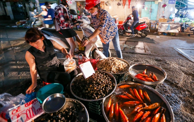 Trong khi đã có người thả cá trước thì tại các chợ ở TP HCM, việc mua bán cá, đồ cúng diễn ra nhộn nhịp