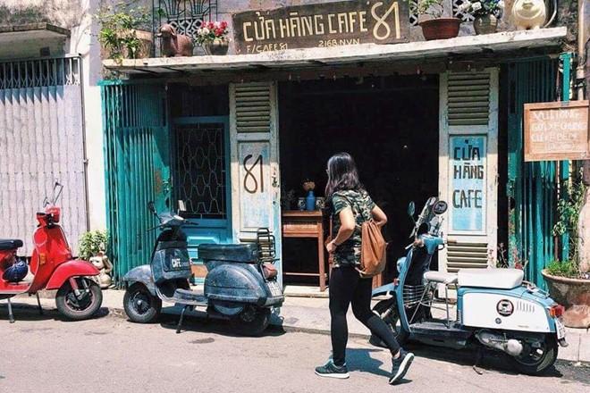 Cửa hàng cà phê 81 tọa lạc trên con đường Ngô Tất Tố (quận Bình Thạnh). Chiếc bình thủy cũ, máy đánh chữ, cái cân, những mảng tường phai màu theo thời gian... cửa hàng gợi nhớ đến tuổi thơ của nhiều người.