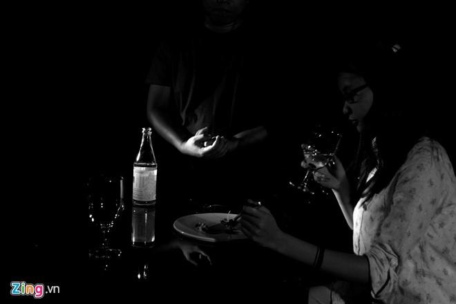 """Tất cả việc ăn uống diễn ra trong bóng tối. Vì vậy, khi thưởng thức, khách sẽ tập trung tất cả giác quan - trừ thị giác - để cảm nhận được hương vị của món ăn"""", anh Vũ Anh Tú, người đồng sáng lập nhà hàng, chia sẻ.  Ảnh: Hải An."""