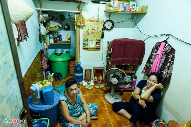 Bà Hoa Mỹ Hạnh thuê phòng trọ một triệu đồng mỗi tháng nhưng chủ nhà thương tình nên không tăng giá. Ảnh: Nguyễn Bá Ngọc.