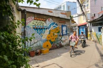 Hơn 2 năm nay, những hộ dân sống ở các con hẻm 62, 64 đường Nguyễn Khoái (quận 4, TP HCM) đã quen thuộc với các bức tranh sinh động được vẽ trên những khoảng tường trống.