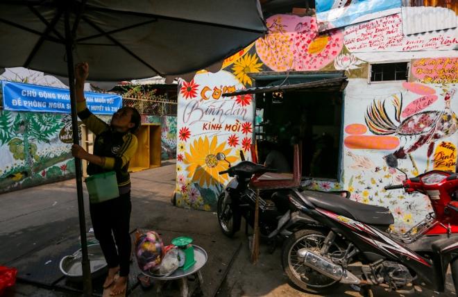 Một quán cơm được ông vẽ biển quảng cáo, hình ảnh các loài hoa, con gà linh vật của năm Đinh Dậu...