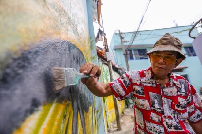 Người vẽ những bức tranh này là họa sĩ Nguyễn Văn Minh (75 tuổi, quận 4). Thời trẻ, ông Minh từng theo học trường đại học Mỹ Thuật. Nhưng do chiến tranh nên sau đó ông chuyển sang dạy học.