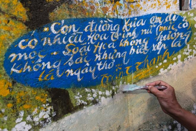 CHầu như bức tranh nào ông cũng thêm vào những câu thơ, lời bài hát, truyện Kiều, ca dao... Thông thường, sau vài tháng khi tranh vẽ xuống màu, ố bẩn ông đều đi sơn lại