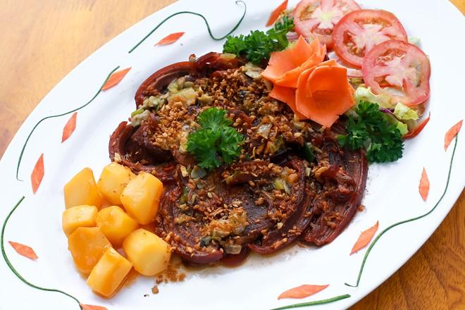 Ngoài các món từ dê, quán cũng có các món từ thịt heo rừng, thịt bò, cá... Quán bán từ 8-23h hàng ngày. Giá các món từ 45.000 đồng. Đùi dê có giá 545.000 đồng.