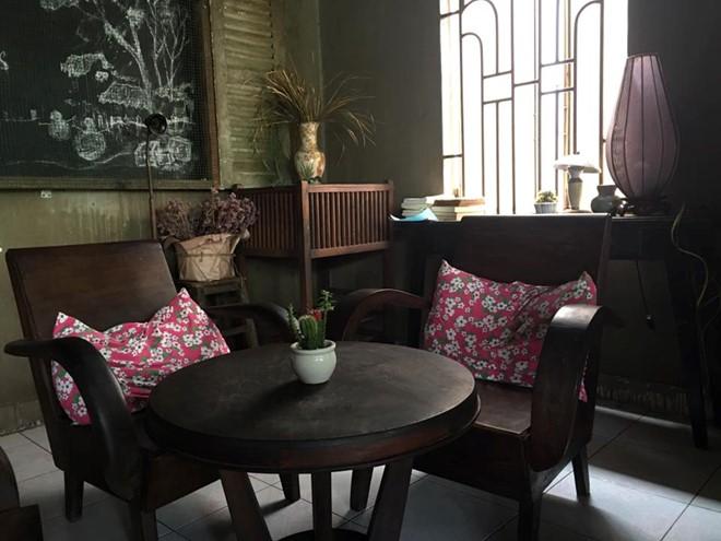 Quán được bài trí như ngôi nhà của thập niên 1990 với bộ salon bằng gỗ, chiếc bàn mộc cùng những bức ảnh vẽ tay đơn giản... Ảnh: Facebook Ngo Manh Hung.
