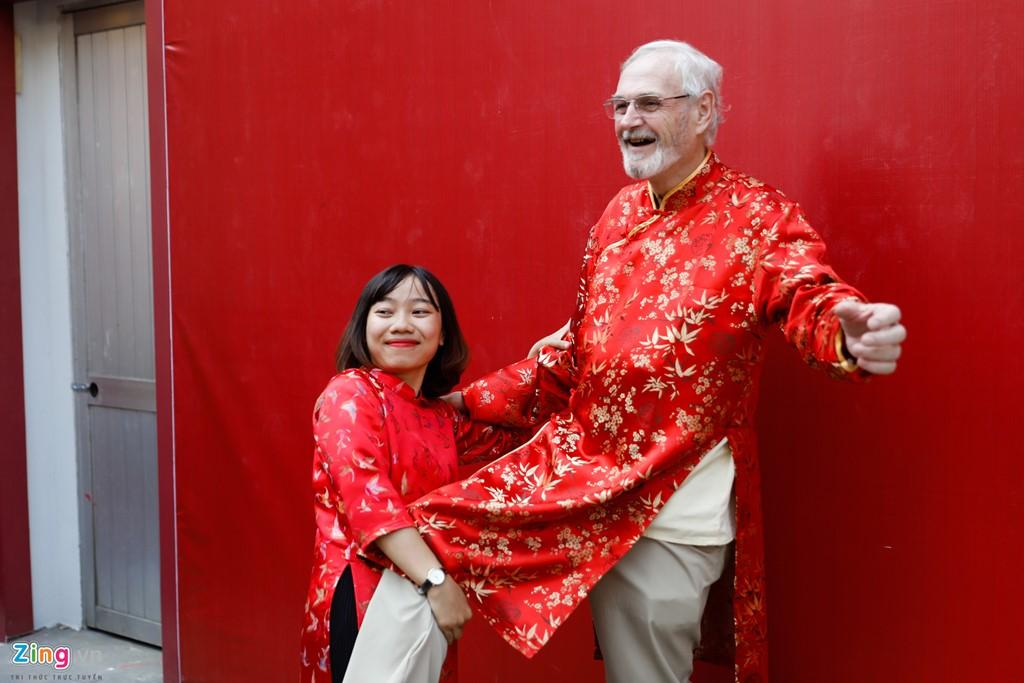 Ông Jack (người Canada, là giảng viên tại Đại học KHXH&NV) vui đùa cùng sinh viên Nguyễn Thị Hồng Ái.