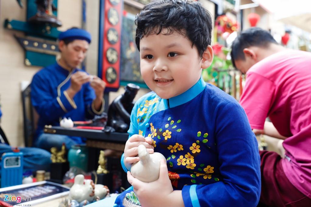 Bé Hoàng Bách (5 tuổi) thích thú trong lần đầu được mẹ dẫn đi chơi phố ông đồ.